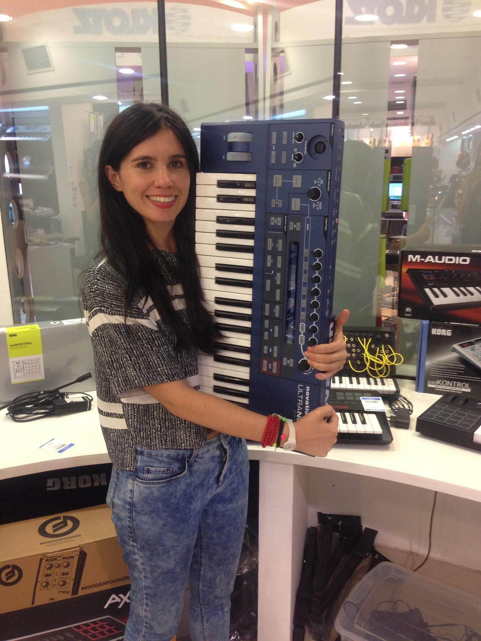 Javiera Mena recibio sus nuevos instrumentos rumbo a Viña 2016