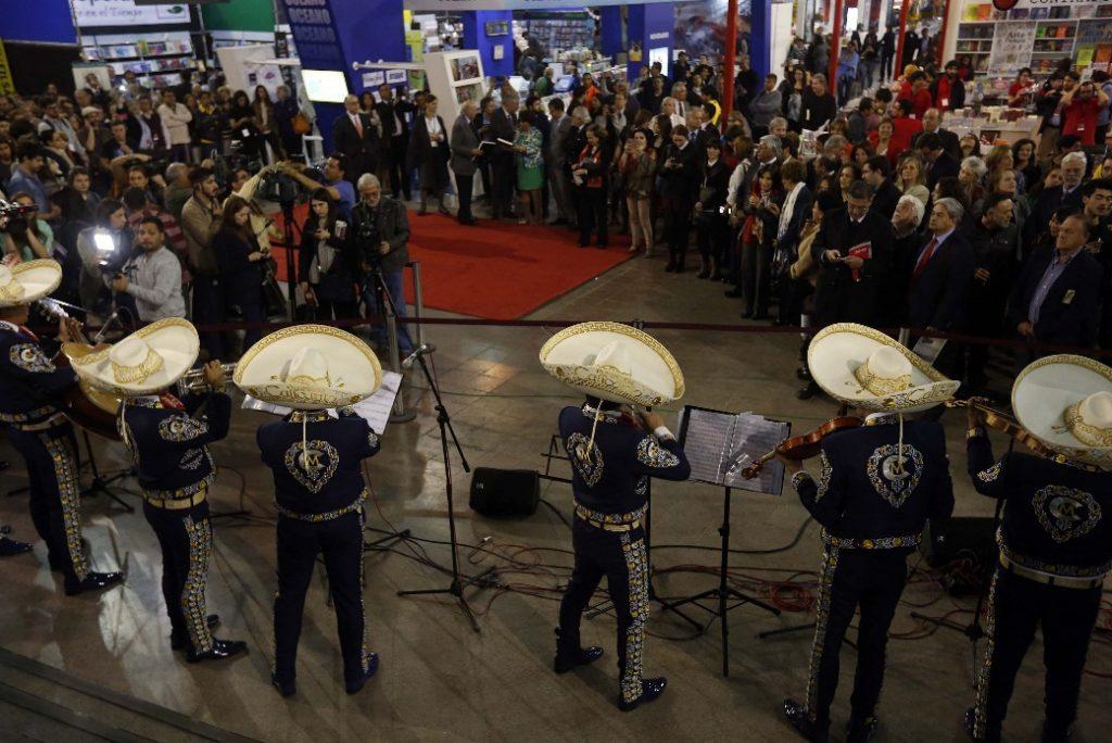 La actividad concluyó con la interpretación de María Reyna, cantante de ópera mixe mexicana y el cantar de los mariachis.