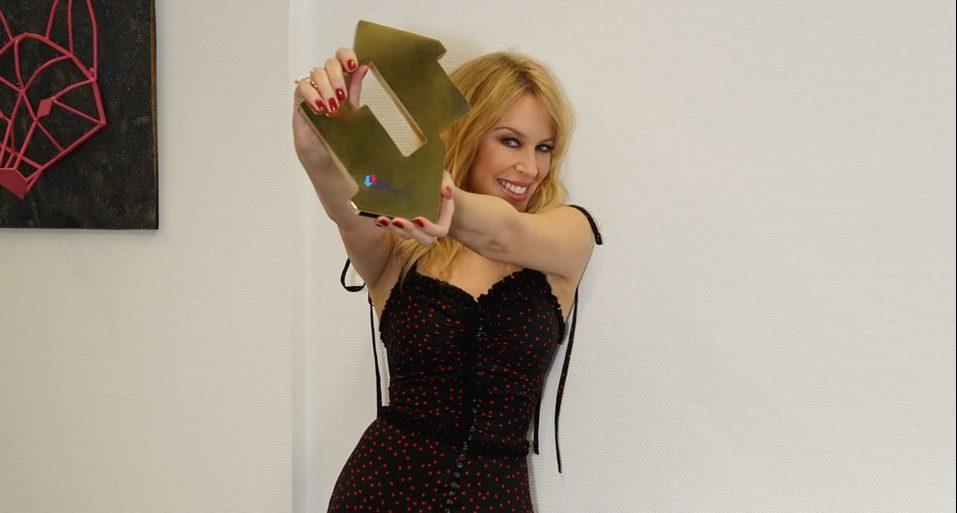 """Kylie Minogue alcanza el primer lugar por sexta vez en Inglaterra con """"Golden"""""""