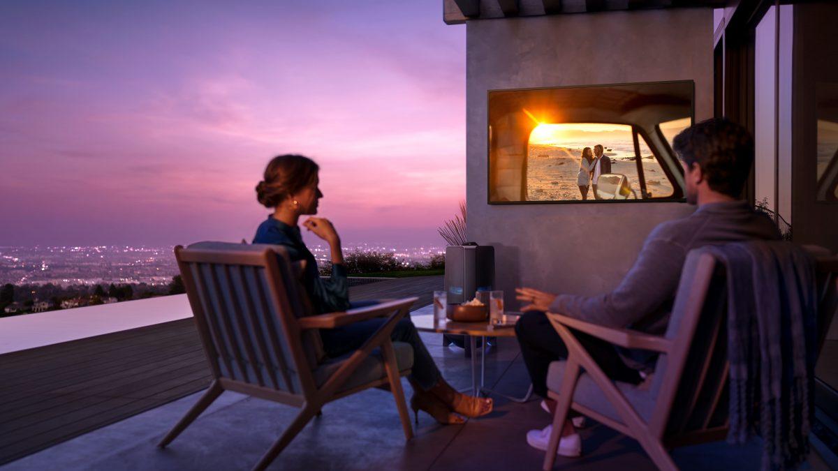 ¿Por qué es una buena idea instalar un televisor en tu terraza al aire libre?