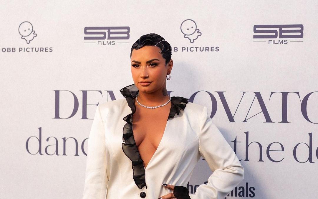 Demi Lovato dona mil meses de terapia mental gratuita